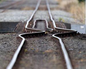 Trilhos de trem ficaram tortos após os tremores em Christchurch, na Nova Zelândia